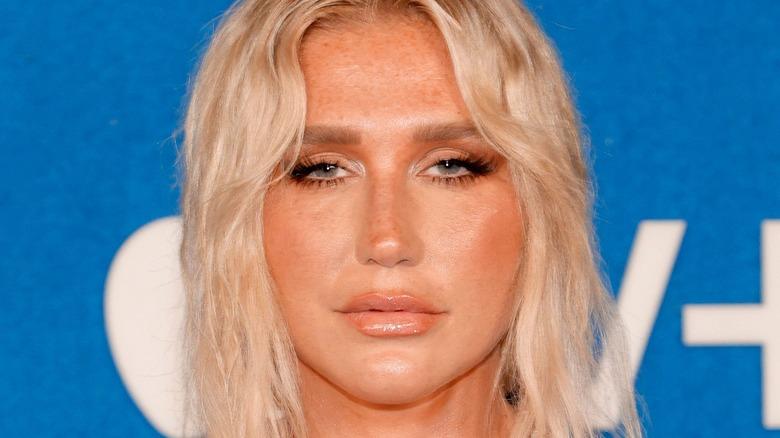 Kesha deltar i Apples