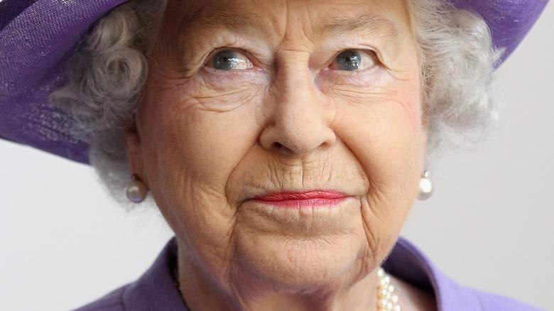 Drottning Elizabeth bär lila hatt