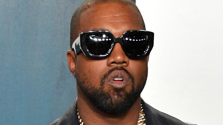 Kanye West deltar i Vanity Fair Oscar-fest 2020 som värd Radhika Jones på Wallis Annenberg Center for the Performing Arts