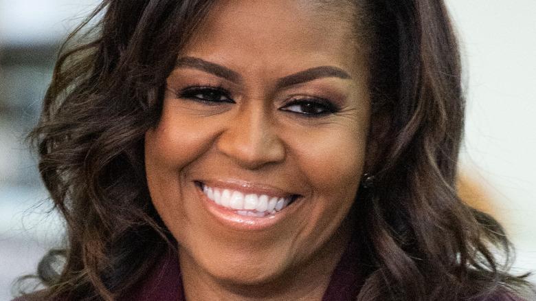 Michelle Obama ler vid ett evenemang