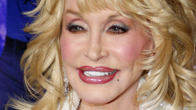 Dolly Parton kwenye zulia jekundu