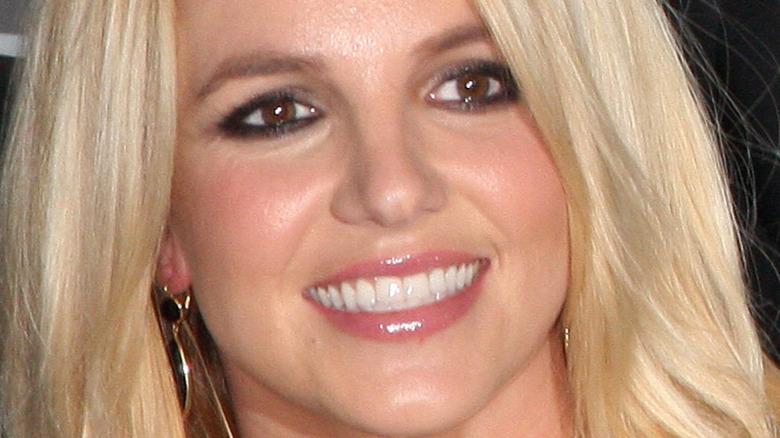 Britney Spears ler och ser åt sidan