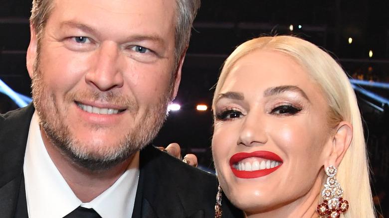 Gwen Stefani och Blake Shelton ler vid ett evenemang
