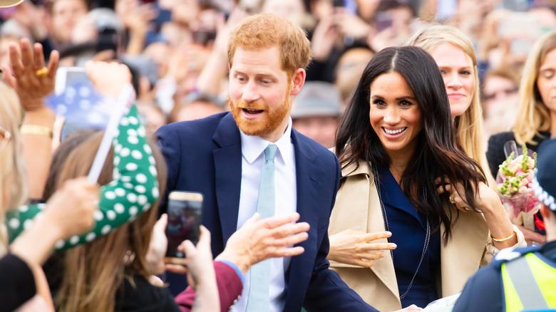 Prins Harry och Meghan Markle i en skara fans